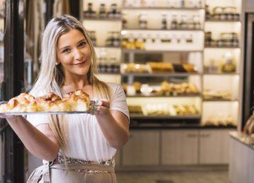 camarera-ofreciendo-bandeja-croissants_23-2147984970