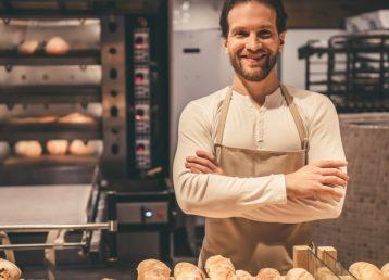 trabajador-supermercado-guapo-mirando-camara_85574-7611